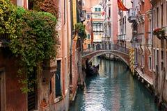 Typischer Venedig-Kanal mit Gondel Stockbild