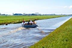 Typisches blaues Motorboot in der ländlichen Landschaft die Niederlande stockfotos