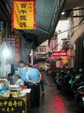 Typisches chinesisches Volk in der kleinen Straße Lizenzfreie Stockbilder