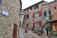 Typisches Dorf in der toskanischen Landschaft Lizenzfreie Stockbilder
