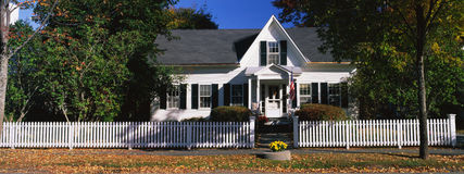 Typisches Einfamilien- Vorstadthaus Lizenzfreie Stockbilder
