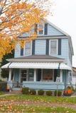 Typisches Familienhaus: Blaues Abstellgleis und Halloween-Dekor Stockfotos