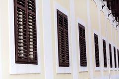 Typisches Gebäude mit antiken hölzernen Fenstern in Verona Stockfotos