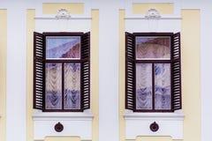 Typisches Gebäude mit antiken hölzernen Fenstern in Verona Stockbilder