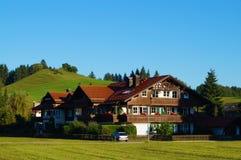 Typisches hölzernes alpines Haus verziert mit Blumen lizenzfreie stockfotografie
