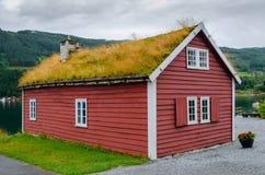 Typisches hölzernes Haus im norwegischen Dorf Kaupanger stockfotografie