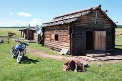 Typisches hölzernes Haus in Nordmongolei Lizenzfreies Stockfoto