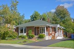 Typisches Haus des Bungalows 70s Lizenzfreies Stockfoto