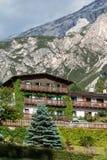 Typisches Haus in europäischer Alpen-Berg-` s Landschaft in der Sommerzeit Stockbild