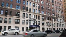 Typisches hochwertiges Wohngebäude im Upper Manhattan stock video footage