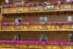 Typisches Holzhaus in Polen stockfotografie