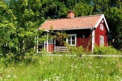 Typisches idyllisches schwedisches Haus. Stockfotos