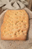 Typisches italienisches flaches Brot mit Vollkornmehl Stockfotos