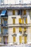 Typisches italienisches Gebäude mit antiken gelben Fenstern in Verona Lizenzfreie Stockfotos