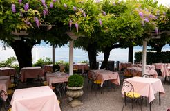 Typisches italienisches restauran in dem Meer stockfotografie