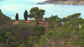 Typisches Küsten von spanischem Costa Brava, nahe dem kleinen Dorf La Fosca stock video