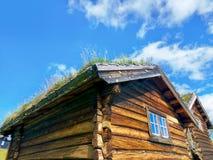 Typisches kleines Blockhaus mit Grasdach in Norwegen Stockfotos