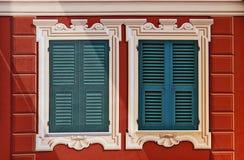 Typisches Ligurier gemaltes Haus mit gemalten Fenstern: eins ist ein tr Lizenzfreie Stockfotos