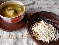 Typisches Maismittagessen mit Käse und Suppe lizenzfreie stockfotografie