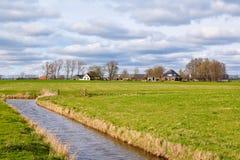 Typisches niederländisches Ackerland mit Kanal Stockbild