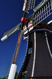Typisches niederländisches Windmühlendetail gegen einen blauen Himmel, Holland Lizenzfreies Stockfoto