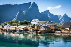 Typisches norwegisches Fischerdorf mit traditioneller roter rorbu Hütte lizenzfreie stockfotos