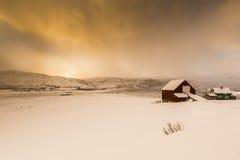Typisches norwegisches warmes und angenehmes Haus gelegen am Seeufer an Stockfoto