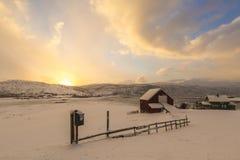 Typisches norwegisches warmes und angenehmes Haus gelegen am Seeufer an Lizenzfreie Stockfotos