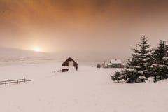 Typisches norwegisches warmes und angenehmes Haus gelegen am Seeufer an Lizenzfreie Stockbilder