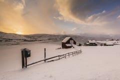 Typisches norwegisches warmes und gemütliches Haus gelegen am Seeufer an Lizenzfreie Stockfotografie