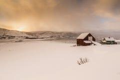 Typisches norwegisches warmes und gemütliches Haus gelegen am Seeufer an Lizenzfreies Stockfoto