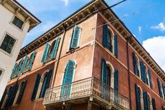 Typisches orange Gebäude mit antiken Fenstern in Verona Lizenzfreies Stockbild