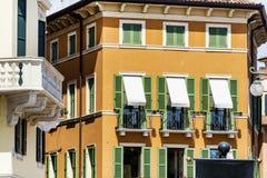 Typisches orange Gebäude mit antiken Fenstern in Verona Stockbild