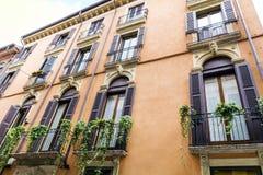 Typisches orange Gebäude mit antiken Fenstern in Verona Stockbilder