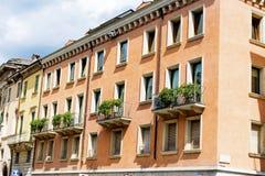 Typisches orange Gebäude mit antiken Fenstern in Verona Lizenzfreie Stockfotografie
