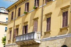 Typisches orange Gebäude mit antiken Fenstern in Verona Stockfotografie