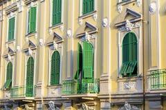 Typisches orange Gebäude mit antiken Fenstern in Verona Lizenzfreies Stockfoto