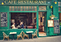 Typisches Pariser Café. Stockfotografie