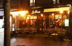 Typisches Pariser Café Le Parvis nachts regnerisches Es lokalisierte folgende berühmte Notre Dame-Kathedrale in Paris, Frankreich stockfoto