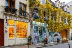 Typisches Pariser Café Weihnachten verziert in Paris Lizenzfreies Stockbild