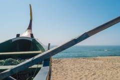 Typisches portugiesisches altes Fischerboot Arte Xavegas auf dem Strand herein stockfoto