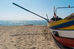 Typisches portugiesisches altes Fischerboot Arte Xavegas auf dem Strand herein lizenzfreie stockfotos