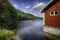 Typisches rotes hölzernes Haus in Schweden Stockbild
