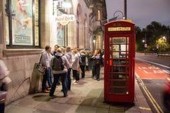 Typisches rotes London-Telefon Stockbild