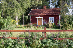 Typisches rotes Sommerhaus in Schweden. Lizenzfreies Stockfoto