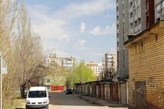 Typisches Schlafenwohngebiet auf den Stadtränden der Stadt Lizenzfreie Stockbilder
