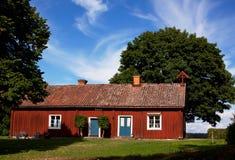 Typisches schwedisches rotes landwirtschaftliches Haus. Lizenzfreie Stockfotos