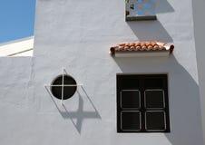 Typisches spanisches weißes Haus im tennerife mit schwarzen Fenstern Stockbilder