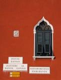 Typisches venetianisches Fenster und Fassade Stockbilder