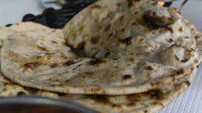 Typisches würziges indisches Brot und gedient in den Kanistern stockfotografie